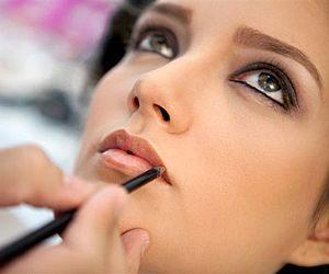 Casamentos, formaturas, festas e eventos são ocasiões que pedem uma boa maquiagem. Além de ressaltar a beleza natural, a maquiagem também ajuda no bem-estar da mulher, evidenciando contornos e deixando cada pessoa ainda mais bonita.